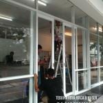 Pemasangan kusen aluminium dan kaca serta unit pintu sliding